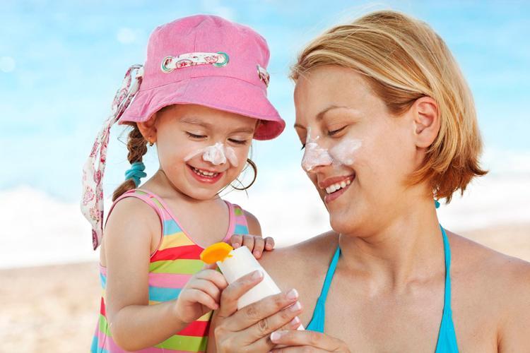 Tatilde çocukları güneşten korumanın 5 yolu