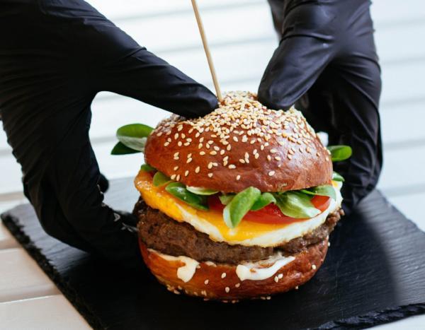 Hamburgercilerdeki eldivenlerin de yıkanması gerekiyor!
