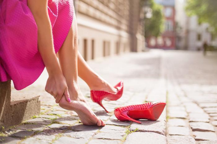 Yüksek topuklu ayakkabı giymek ayakta kemik çıkıntısına neden olabiliyor