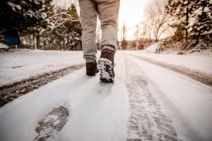Karlı havada yürürken düşme tehlikesine dikkat!